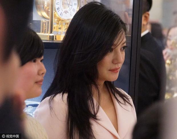 Hình ảnh đối lập: Triệu Vy tăng cân, ăn mặc tuềnh toàng, Phạm Băng Băng chất chơi với đồ hiệu đắt tiền - Ảnh 4.