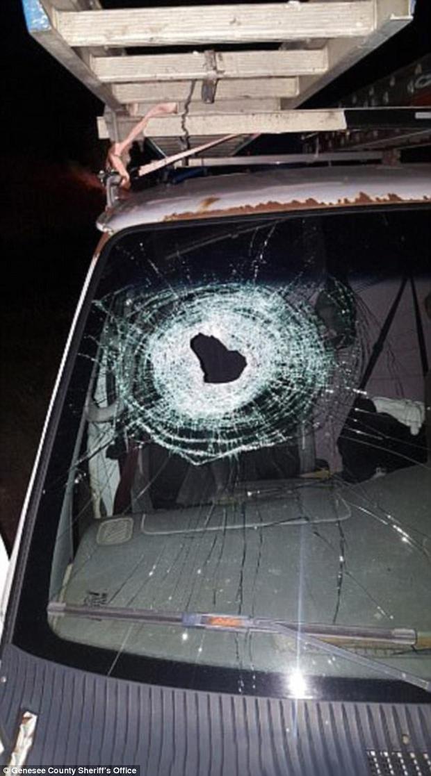Đang đi trên đường cao tốc, ông bố 4 con thiệt mạng bởi hành động vô ý thức của 5 thiếu niên - Ảnh 1.