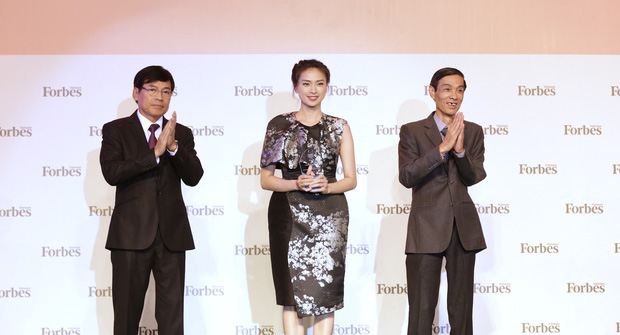 Đông Nhi, Ngô Thanh Vân xinh đẹp đi nhận giải top 50 người phụ nữ ảnh hưởng nhất Việt Nam - Ảnh 4.