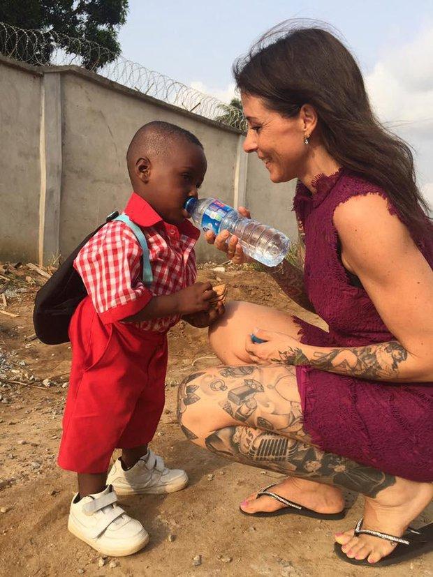 1 năm sau khi được cứu sống, cậu bé trong bức ảnh chấn động thế giới giờ đã lớn và đi học rồi - Ảnh 2.