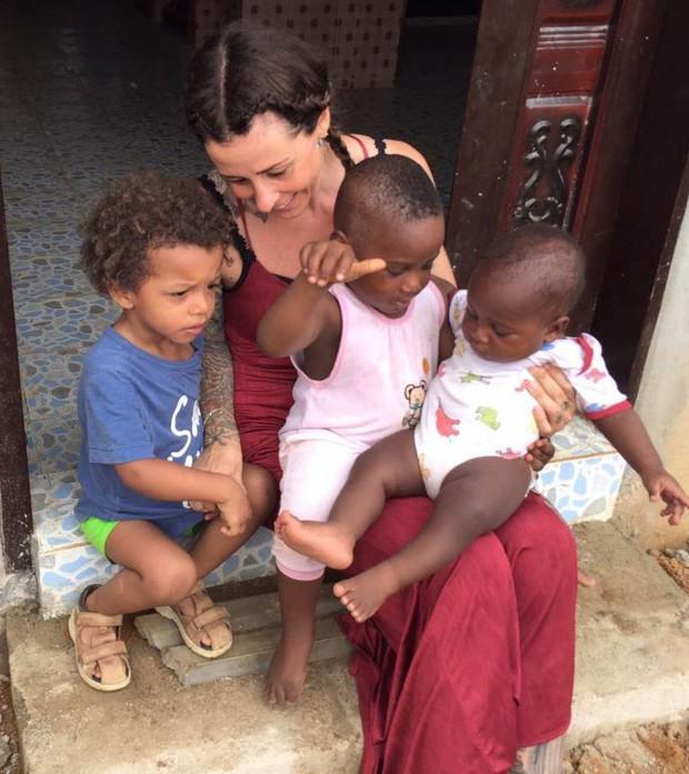 1 năm sau khi được cứu sống, cậu bé trong bức ảnh chấn động thế giới giờ đã lớn và đi học rồi - Ảnh 4.