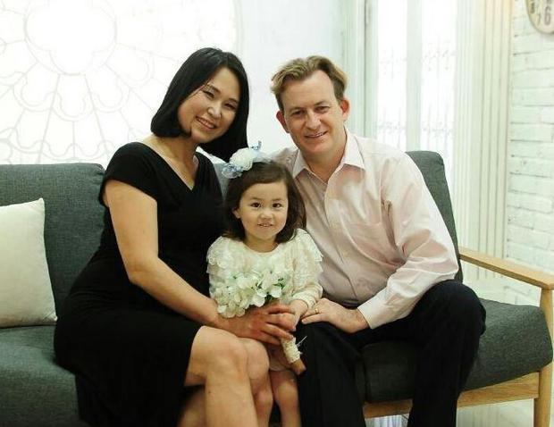 Gia đình trong đoạn video phỏng vấn BBC nổi tiếng thế giới lần đầu lên tiếng về sự cố không thể đáng yêu hơn - Ảnh 4.