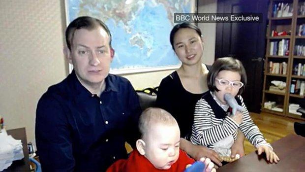 Gia đình trong đoạn video phỏng vấn BBC nổi tiếng thế giới lần đầu lên tiếng về sự cố không thể đáng yêu hơn - Ảnh 3.