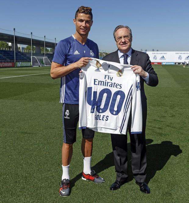 Ronaldo nhận quà đặc biệt từ ông chủ nhà trắng - Ảnh 2.
