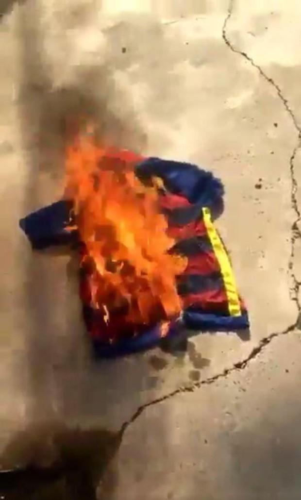 CĐV Barca đốt áo, nguyền rủa kẻ phản bội Neymar - Ảnh 2.