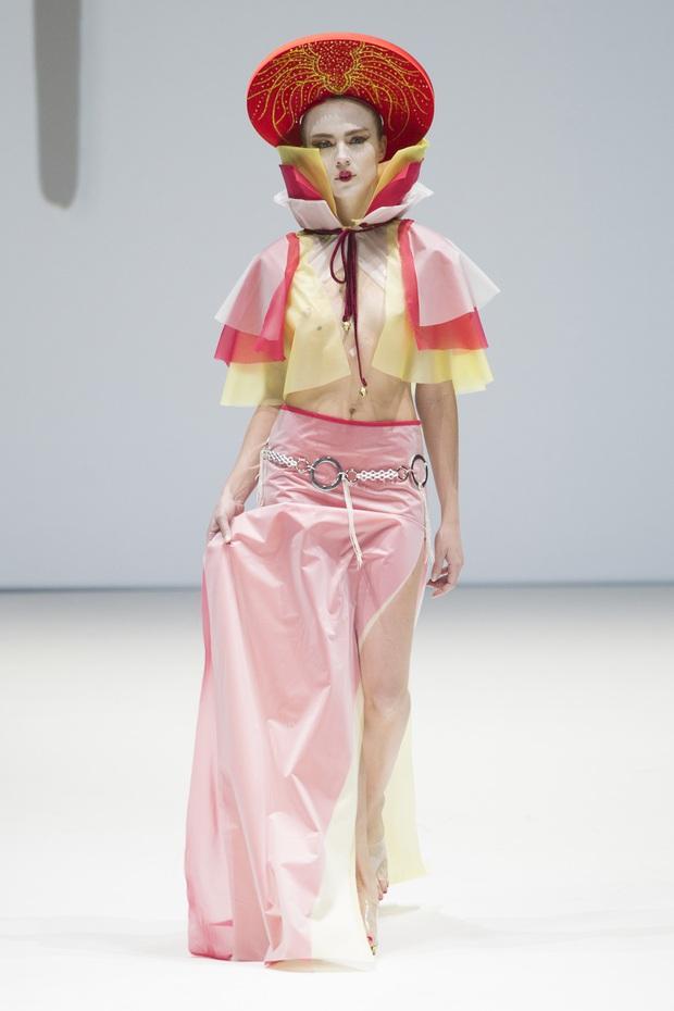 Ô kìa, món gì trông như nón quai thao và mấn của Việt Nam trên sàn diễn New York Fashion Week! - Ảnh 3.