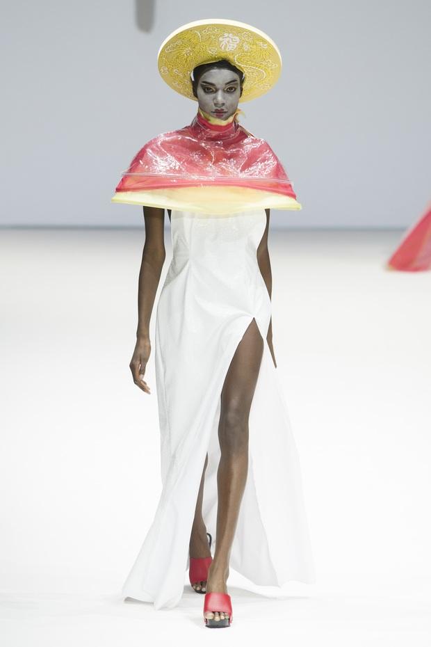 Ô kìa, món gì trông như nón quai thao và mấn của Việt Nam trên sàn diễn New York Fashion Week! - Ảnh 4.