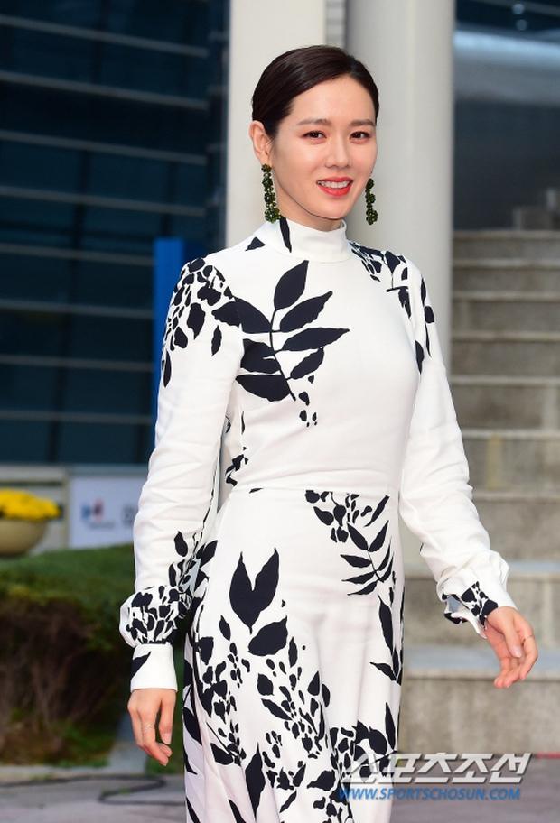 Thảm đỏ liên hoan phim Busan ngày 2: Nữ thần của nữ thần Son Ye Jin một mình cân cả dàn mỹ nhân - Ảnh 4.