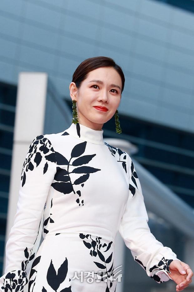 Thảm đỏ liên hoan phim Busan ngày 2: Nữ thần của nữ thần Son Ye Jin một mình cân cả dàn mỹ nhân - Ảnh 5.