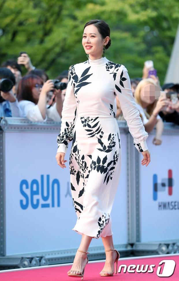 Thảm đỏ liên hoan phim Busan ngày 2: Nữ thần của nữ thần Son Ye Jin một mình cân cả dàn mỹ nhân - Ảnh 1.