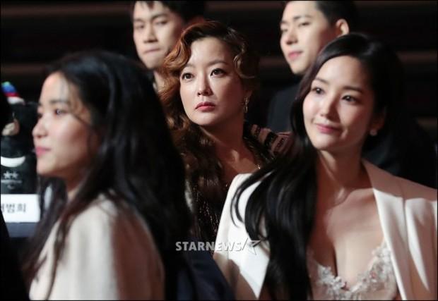Lọt vào một khung hình tại Asia Artist Awards, top mỹ nhân Kbiz đẹp đến mức khiến fan đau đầu không biết ai hơn - Ảnh 15.