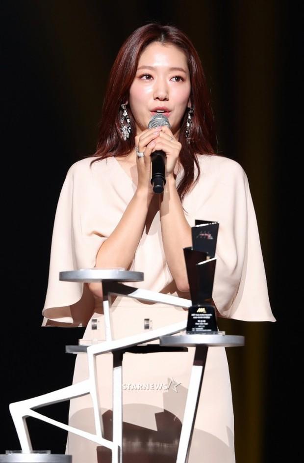Lọt vào một khung hình tại Asia Artist Awards, top mỹ nhân Kbiz đẹp đến mức khiến fan đau đầu không biết ai hơn - Ảnh 23.