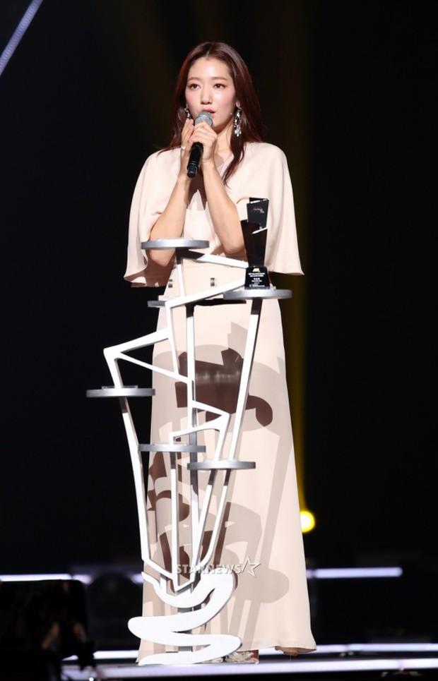 Lọt vào một khung hình tại Asia Artist Awards, top mỹ nhân Kbiz đẹp đến mức khiến fan đau đầu không biết ai hơn - Ảnh 24.