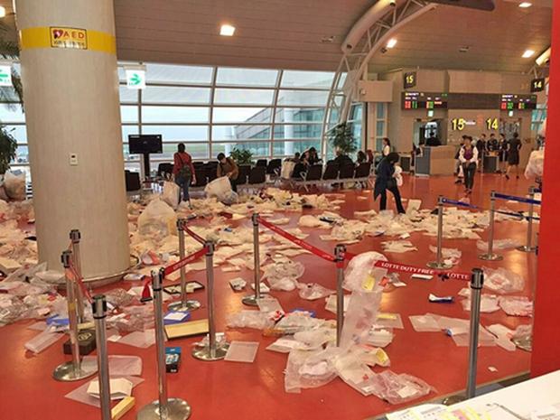 Du khách Trung Quốc lại hồn nhiên biến xe buýt, sân bay Jeju thành bãi rác, bỏ mặc mọi chỉ trích của dư luận - Ảnh 1.