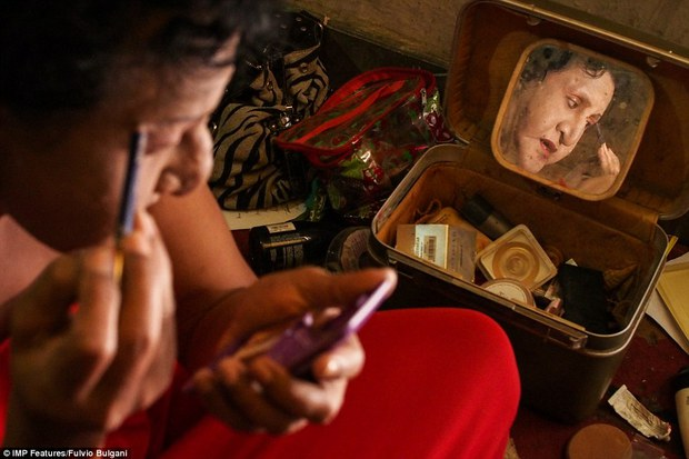 Chùm ảnh: Cuộc sống tủi nhục của người chuyển giới Indonesia - Ảnh 1.