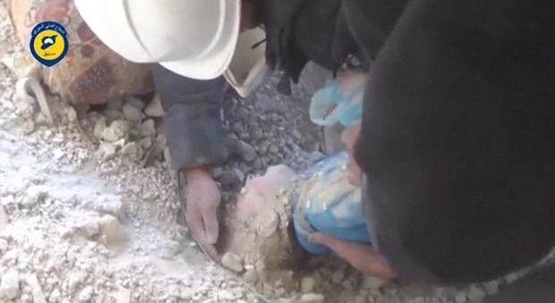 Cận cảnh tìm thấy em bé kì diệu Syria trong ngôi nhà trúng bom - Ảnh 1.