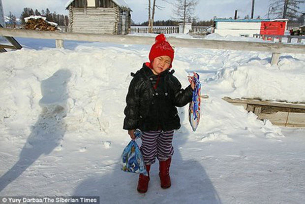 Thấy bà ngừng thở, bé 4 tuổi đi bộ gần chục km giữa tuyết tìm người giúp - Ảnh 1.