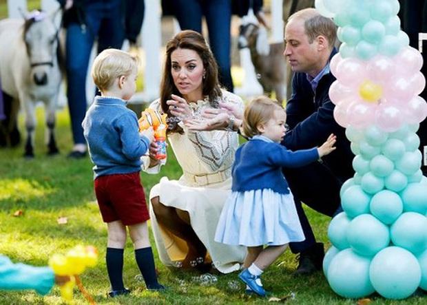 Sự thật: Tiểu công chúa Charlotte mới là sếp ở Hoàng cung Anh - Ảnh 1.