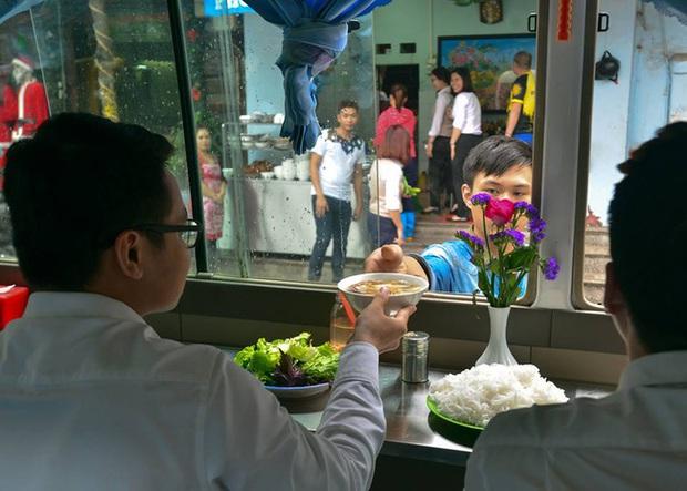 Clip: Di dời quán ăn trên xe khách 29 chỗ ở trung tâm Hà Nội vì ảnh hưởng trật tự ATGT - Ảnh 3.