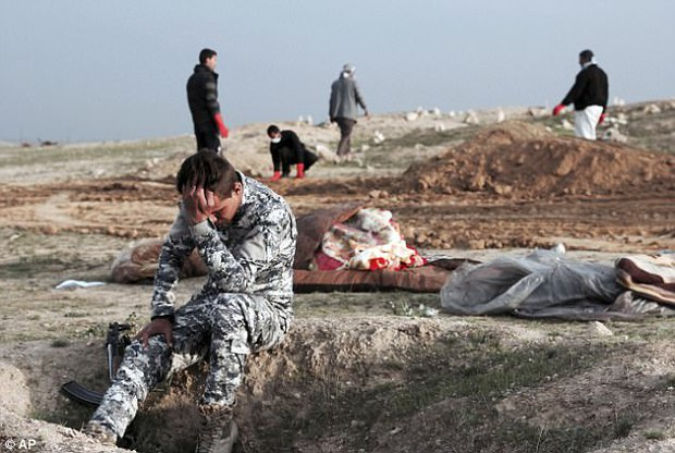 Bức ảnh thi thể bé gái quấn trong chăn gợi lên nỗi đau chiến tranh của trẻ em Iraq - Ảnh 2.