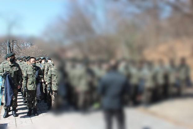 Sau khi bị ốm, T.O.P lại gây sốt vì lấy lại phong độ cực bảnh trong quân ngũ - Ảnh 1.
