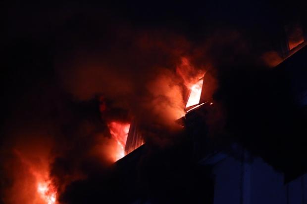 Vụ cháy Công ty may Kwong Lung – Meko: Lửa bùng phát trở lại - Ảnh 1.