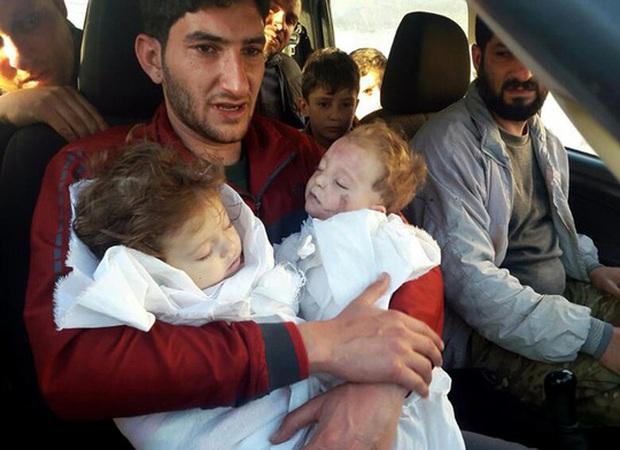 Người cha vĩnh biệt 2 con sinh đôi sau vụ tấn công hóa học ở Syria - Ảnh 1.