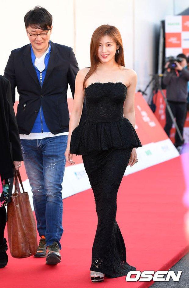 Thảm đỏ liên hoan phim quốc tế gây chú ý với màn đọ sắc của loạt mỹ nhân không tuổi đình đám xứ Hàn - Ảnh 1.