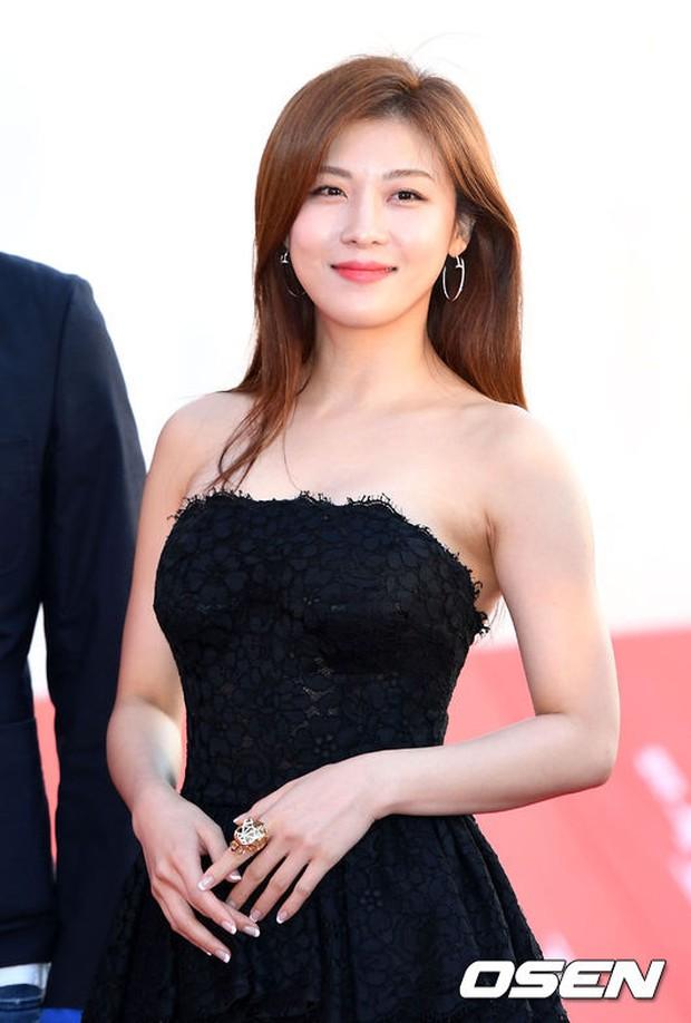 Thảm đỏ liên hoan phim quốc tế gây chú ý với màn đọ sắc của loạt mỹ nhân không tuổi đình đám xứ Hàn - Ảnh 2.