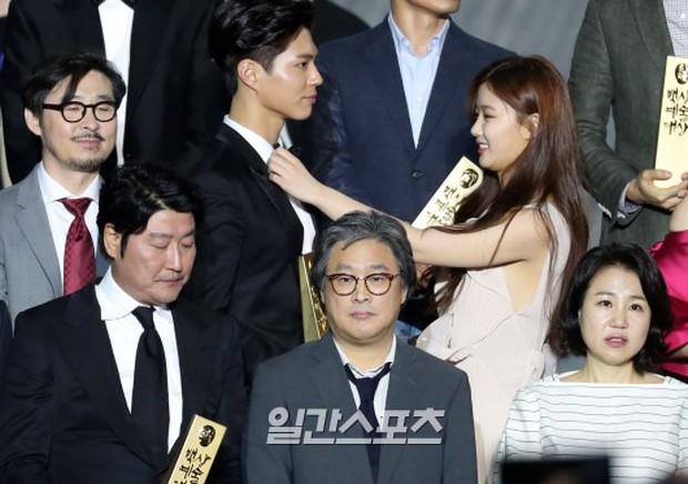 Khi mọi người chú ý vào thảm đỏ Baeksang, có một Kim Yoo Jung thầm lặng chỉnh áo cho Park Bo Gum - Ảnh 1.