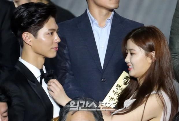 Khi mọi người chú ý vào thảm đỏ Baeksang, có một Kim Yoo Jung thầm lặng chỉnh áo cho Park Bo Gum - Ảnh 2.