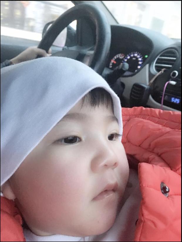 Clip: Sau gần 1 năm, em bé Lào Cai suy dinh dưỡng đã biết cười tươi khi nghe tiếng gọi của mẹ nuôi 9X - Ảnh 3.