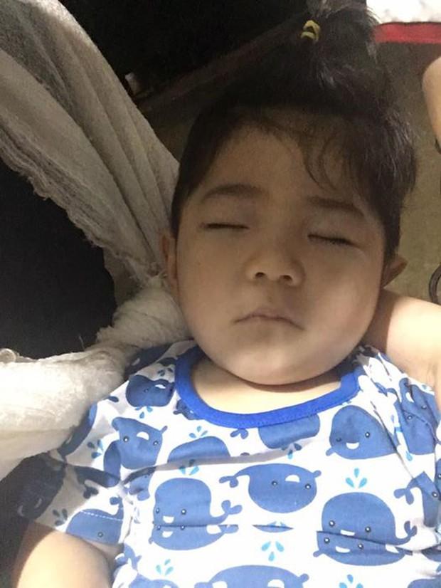 Clip: Sau gần 1 năm, em bé Lào Cai suy dinh dưỡng đã biết cười tươi khi nghe tiếng gọi của mẹ nuôi 9X - Ảnh 4.