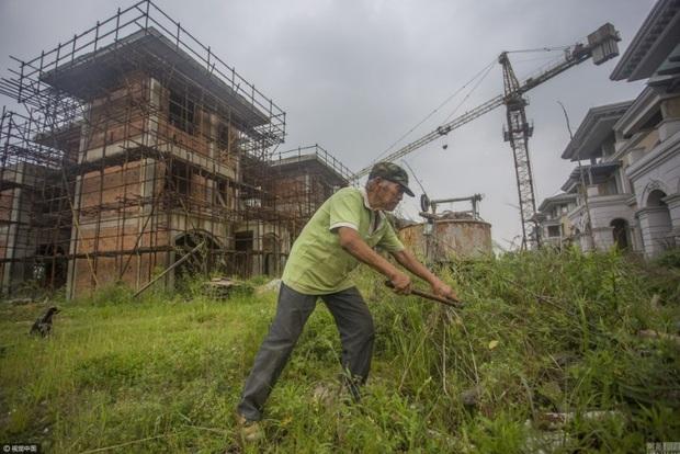 Trung Quốc: Thành phố ma không một bóng người ngoài cụ ông 70 tuổi sống lủi thủi suốt 2 năm qua - Ảnh 1.