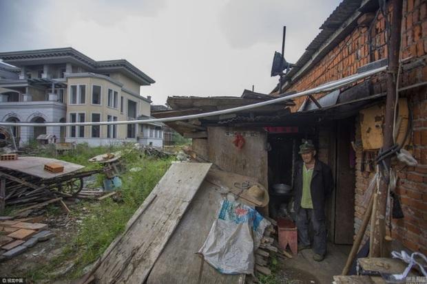 Trung Quốc: Thành phố ma không một bóng người ngoài cụ ông 70 tuổi sống lủi thủi suốt 2 năm qua - Ảnh 2.