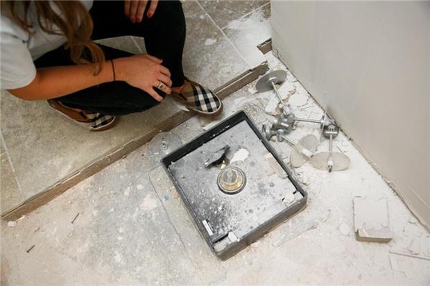 Dốc cạn tiền tu sửa bếp, cặp đôi bất ngờ phát hiện kho báu bạc tỷ - Ảnh 2.