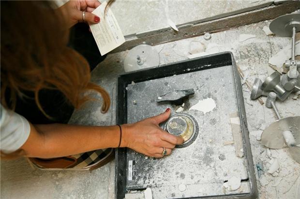 Dốc cạn tiền tu sửa bếp, cặp đôi bất ngờ phát hiện kho báu bạc tỷ - Ảnh 3.