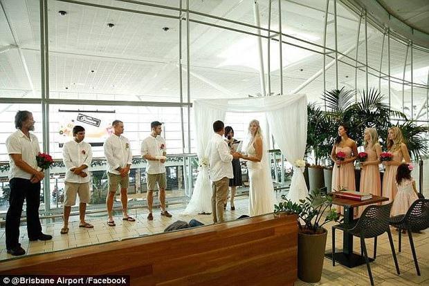 Bất chấp đám đông hỗn loạn do trục trặc kỹ thuật, một cặp đôi đã tổ chức lễ cưới ngay tại sân bay của Úc - Ảnh 1.