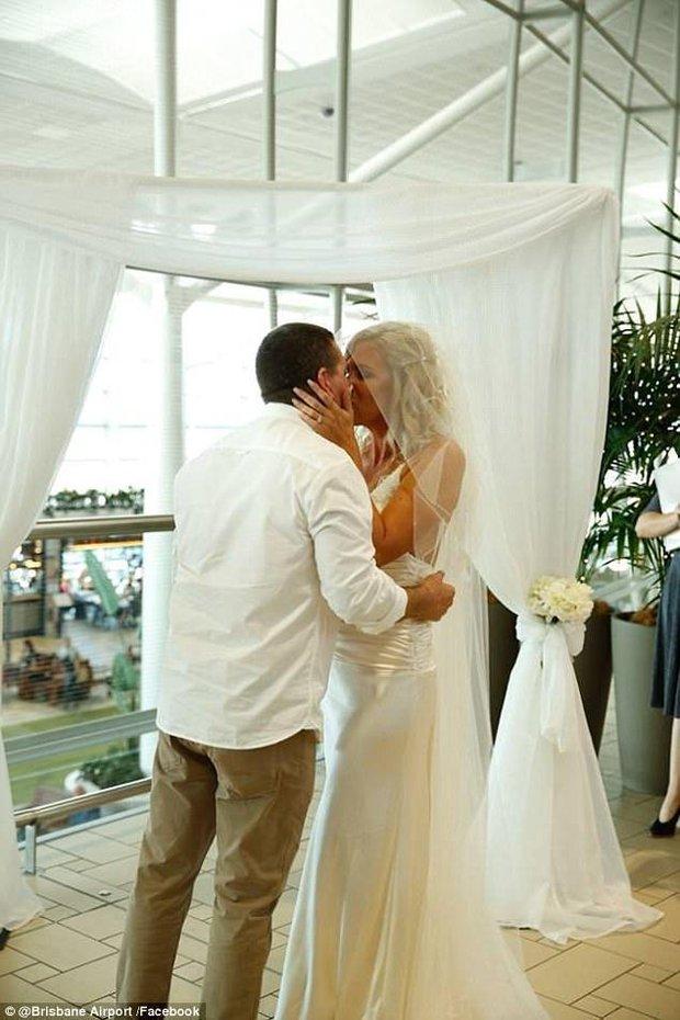 Bất chấp đám đông hỗn loạn do trục trặc kỹ thuật, một cặp đôi đã tổ chức lễ cưới ngay tại sân bay của Úc - Ảnh 2.