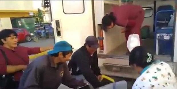 Đi đẻ cấp cứu, sản phụ liên tiếp bị nhân viên y tế đánh rơi xuống nền bê tông - Ảnh 2.