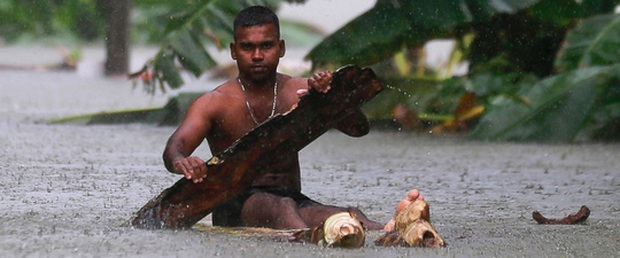 Lũ lụt lịch sử, người dân sơ tán trên xe bọc thép - Ảnh 1.