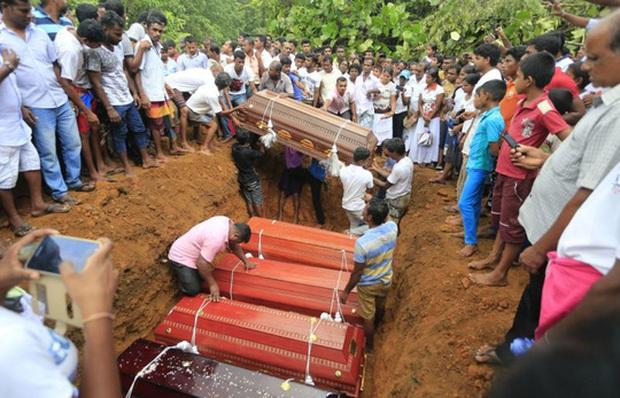 Lũ lụt lịch sử, người dân sơ tán trên xe bọc thép - Ảnh 2.