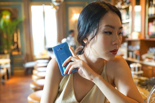 Smartphone có tính năng bóp viền cảm ứng HTC U11 chính thức ra mắt tại thị trường Việt Nam, giá gần 17 triệu đồng - Ảnh 1.