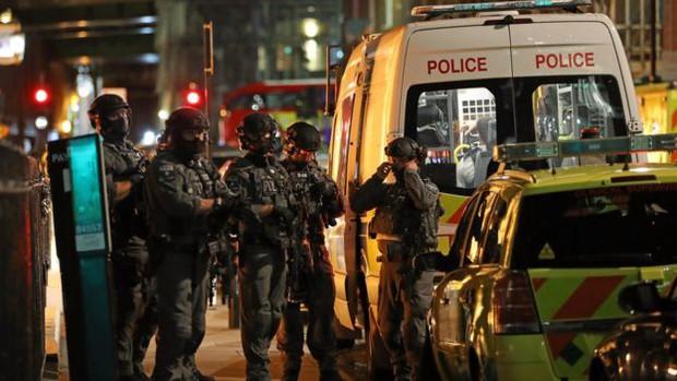 Anh: Lao xe vào người đi bộ, tấn công bằng dao tại cầu London, ít nhất 20 người bị thương và 7 người thiệt mạng - Ảnh 1.