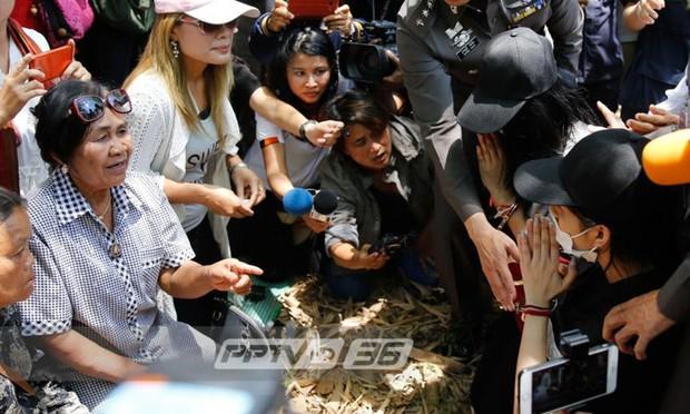 3 nghi phạm quỳ gối xin lỗi người nhà nạn nhân trong vụ giết người gây rúng động Thái Lan - Ảnh 2.