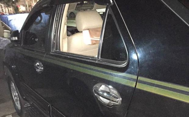 Trộm đập bể kính ô tô Fortuner lấy hơn 100 triệu đồng ở bãi xe siêu thị Lotte Mart - Ảnh 1.