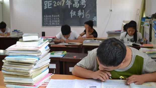 Trung Quốc: 16 học sinh nhiễm HIV phải ngồi làm bài thi đại học trong phòng cách ly - Ảnh 1.