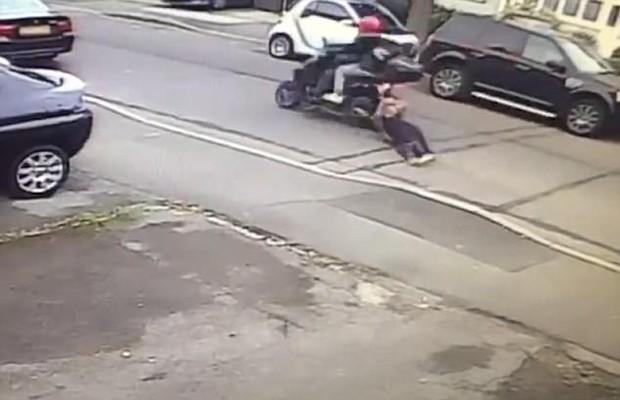 Kiên quyết giữ chặt túi xách, người phụ nữ bị cướp kéo lê hàng chục mét trên đường - Ảnh 1.
