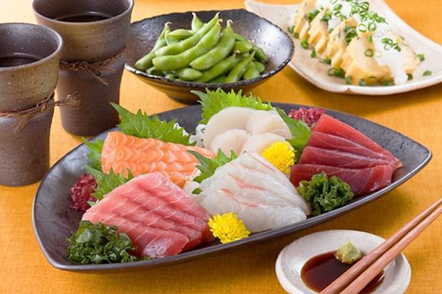 Cuồng ăn sushi và sashimi, bé gái phải phẫu thuật loại bỏ con giun dài 2,6m đang ngoe nguẩy trong bụng - Ảnh 1.