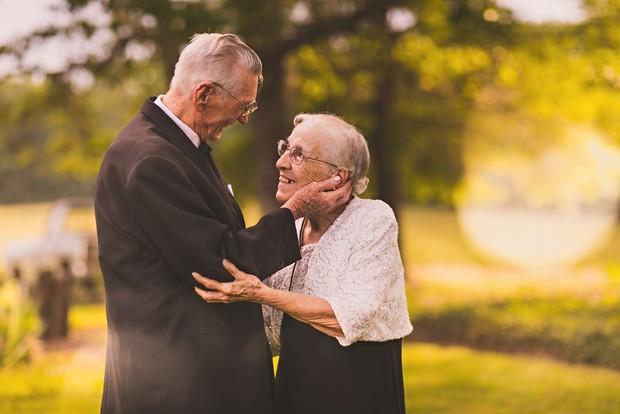 Mối tình già son sắt của cặp vợ chồng trong bộ ảnh kỉ niệm 65 năm ngày cưới khiến ai cũng thầm ao ước - Ảnh 1.